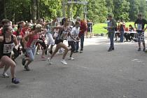 Snímek je z okresního finále základních a středních škol v přespolním běhu v Písku na Hradišti, na trati jsou starší dívky.