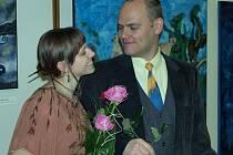 VÝSTAVA. Na snímku ze slavnostní vernisáže výstavy v galerii Portyč v Písku je domácí výtvarník Vladimír Svozil a jeho dcera Magdalena.