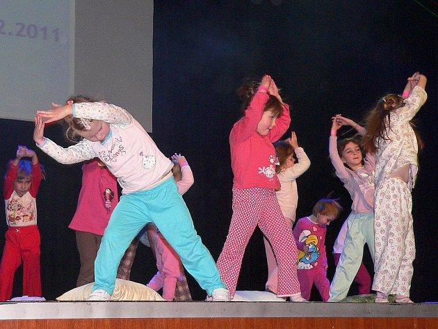Odpoledne  a podvečer v neděli 18. prosince patřil velký sál Kulturního domu v Písku  Tanečnímu centru Z. I. P. Kláry Humpálové.