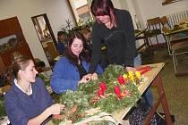 Těm, kteří nemají čas nebo možnost  zdobit si adventní věnce doma, vychází vstříc Střední odborná škola a Střední odborné učiliště v Písku.  V rámci praktické výuky zde žáci zhotovují  vánoční výzdobu.