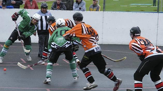 Hokejbalisté HC ŠD Písek úspěšně zvládli obě semifinálová utkání se Suchdolem nad Lužnicí a postoupili do finále play off ve 2. NHbL. Náš snímek je z domácího čtvrtfinálového zápasu Písku s českobudějovickým Pedagogem.