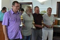 Na snímku jsou zleva Jiří Marek z Písku, který obsadil první místo. Dále dle pořadí směrem doprava Jaroslav Lexa, Karel Pavel a Milan Beránek.