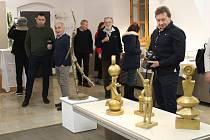 Vernisáž výstavy sochařských objektů Petra Staňka v Malé galerii Sladovny.
