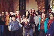 Studenti zapojující se do organizace majálesu v Písku.