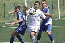 Domácí Chytrý (ve světlém), kterého se snaží zastavit hostující hráči Jelínek (vlevo) a Uzel, vstřelil druhý gól svého týmu v zápase České ligy staršího dorostu v kopané, ve kterém FC Písek zvítězil nad Libercem 3:0.