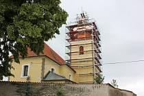 Kostel svatého Ondřeje v Radobytcích. Slavnostní instalování makovice s tubusem, ve kterém je odkaz pro další generace, na novou báň kostelní věže.
