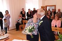 Manželé Hedvika a Josef Slavíkovi oslavili diamantovou svatbu na faře v Kovářově.