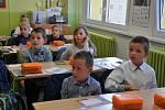 Do ZŠ Jana Husa včera nastoupilo osm stovek žáků, z toho byly čtyři třídy prvňáků.
