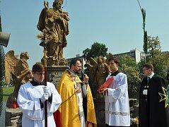 Svatojánská slavnost v Písku u sochy světce na Kamenném mostě.