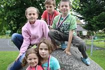 ÚSPĚŠNÝ TÝM. V horní řadě jsou Zlata Mašková, Lukáš Kváča a Adam Řehoř. V dolní řadě jsou Martina Vošahlíková a Helena Komasová. Kromě Lukáše, který chodí do čtvrté třídy, tvoří zbytek týmu třeťáci.