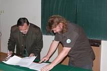 Smlouvu o spolupráci mezi Správou NP a CHKO Šumava a lesnickými školami v Písku podepsali zástupci obou stran.