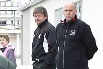 Trenér třetiligových fotbalistů FC Písek Karel Musil (na snímku vlevo s jedním se svých asistentů Jaroslavem Kostkou) byl s výhrou 1:0 v Králově Dvoře velice spokojen.