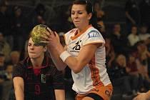 Písecká házenkářka Iveta Luzumová (na snímku s míčem) byla v Otrokovicích vyhlášena nejlepší hráčkou celého turnaje.