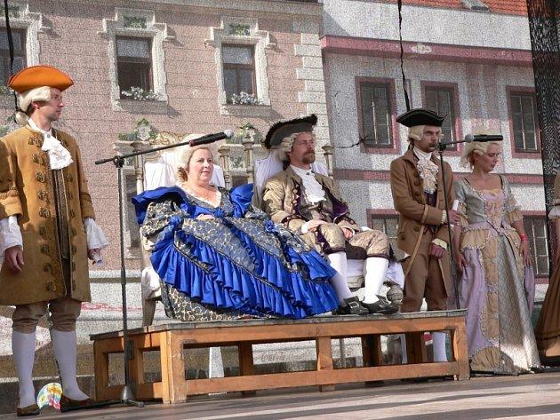 Sobotní příjezd panovnice Marie Terezie, kterému  předcházelo  zahájení městské slavnosti pochodem jejího regimentu  už v pátek dopoledne,  sledovaly na Velkém náměstí stovky lidí.