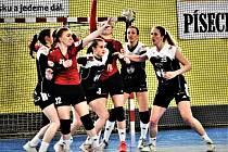 Házenkářky Písku (v černém) vstupují do nového ročníku MOL ligy.  Foto: Jan Škrle