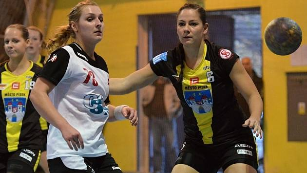 Písecká Zuzana Keslerová (vpravo) v souboji se slávistickou hráčkou Alenou Stellnerovou v utkání interligy házenkářek. V sobotu hostí Písek v dalším kole tým Olomouce.