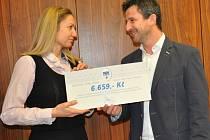ŠEK  na 6659 korun získaných z prodeje sebraných klíčů předal včera dopoledne  ředitelce Arkády Andree Veselé místostarosta Písku Josef Knot.