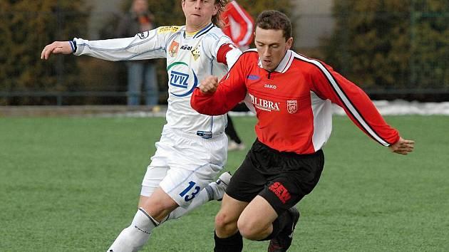 Domácí Petr Janouch (v bílém dresu) atakuje Kováčika v zápase krajského přeboru, ve kterém Milevsko zvítězilo nad Prachaticemi 3:0.