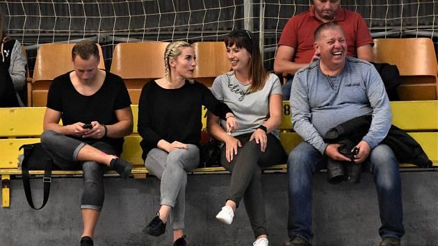 TRENÉRKY. Ještě před měsícem navštěvovaly Kateřina Kučerová s Kateřinou Keclíkovou (zleva) zápasy Písku jen jako diváci. Nyní obě dámy aktivně pomáhají zachránit Písek v Mol lize.