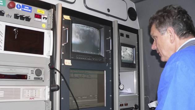Závadu na kanalizaci odkrývá televizní kamera