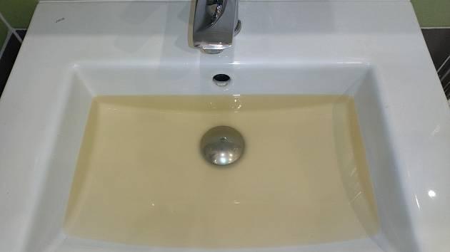 Zabarvená voda po sobě v domácnosti nechává stopy.