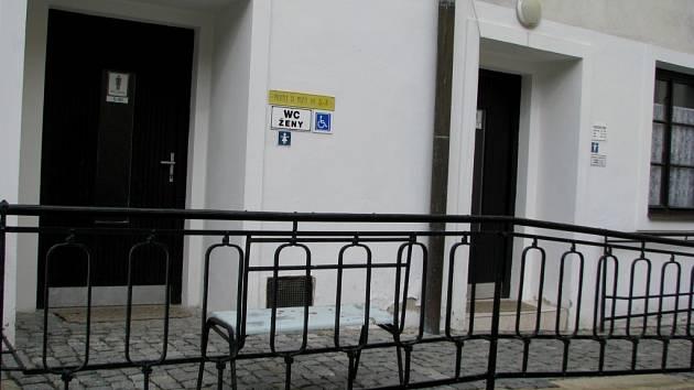 Z našich rozhovorů s lidmi v píseckých ulicích dopadly jednoznačně nejlépe toalety u Velkého náměstí, na nádvoří u Prácheňského muzea, které byly opravené a jsou dobře udržované.