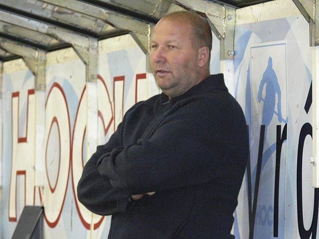 Trenér píseckých hokejistů Rudolf Suchánek pozorně sleduje dění na ledové ploše.
