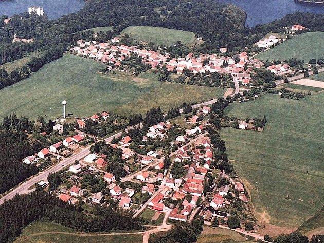 Letecký pohled na Orlík nad Vltavou.