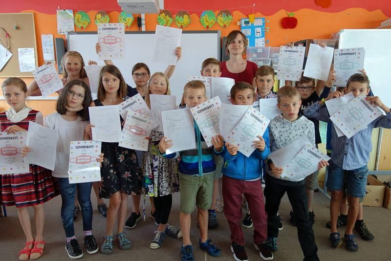 Také děti ze Základní školy Cesta v Písku si byly v pátek pro své vysvědčení.