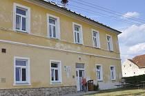 Budova školy v Dobevi, kterou poslední žáci opustilli v roce 1972.i