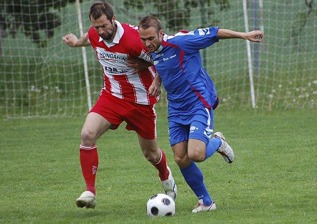 NEČEKANÁ PROHRA. Domácí Leoš Gornický (vlevo) bojuje o míč se Štojdlem ve středečním prvním finálovém utkání krajského kola Českého poháru, ve kterém mužstvo Sokola Čížová prohrálo na svém hřišti s týmem Marineru Bavorovic nečekaně  0:2.
