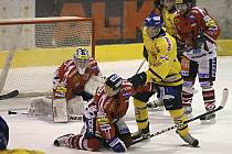 Na snímku domácí Vráblík (ve žlutém) bojuje před brankou Landsmana s hostujícím Mockem (na kolenou). Písečtí hokejisté prohráli v zápase první ligy doma s Chrudimí 2:4.