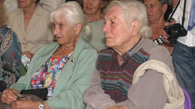 František Janula při vernisáži své výstavy v Prácheňském muzeu  v roce 2012 společně se svou sestrou Zdenou Houskovou, která žije v Písku.
