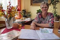 EVA JANOUŠKOVÁ, která žije v Zahořanech,  nemá čas  se nudit. Píše dětské pohádky a ilustruje je, také kreslí vtipy a píše rodinnou kroniku.