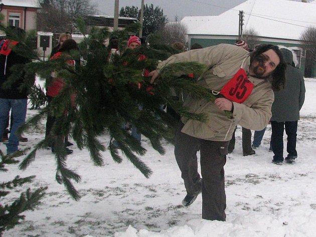 Sobotní recesistická akce Hod vánočním stromkem v Čížové.
