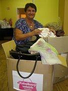 V REDAKCI. Starostka Jana Hrdinová přivezla dvě plné krabice darů.