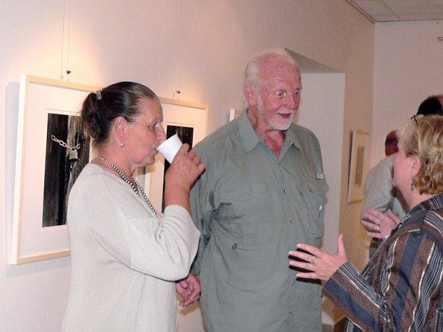 Majitel tvrze Klokočín Mirko Bernas s manželkou při vernisáži výstavy Wetzlar-Písek Kul-tour.