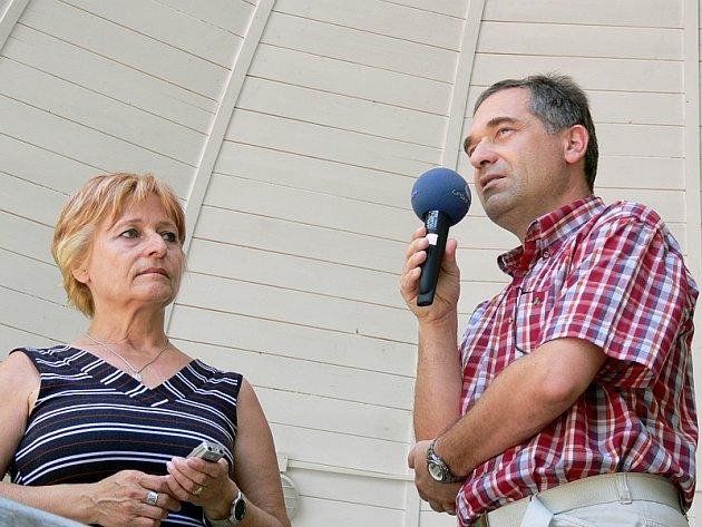 Vpravo Michal Kovařík, vlevo šéfredaktorka Píseckého deníku Zlata Měchurová