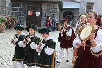 Historický kostýmovaný průvod ukončil v sobotu zámeckou sezonu v Českém Krumlově.