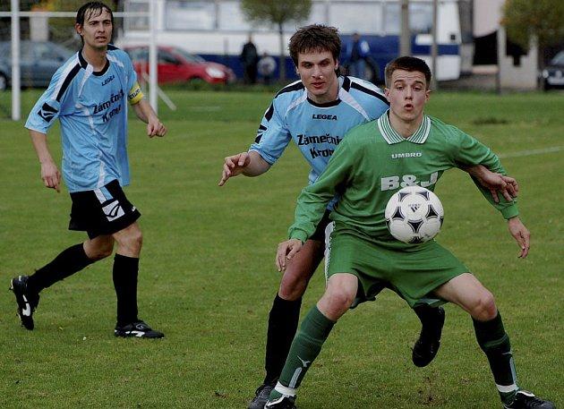 Domácí Jindřich (vpravo) si kryje míč před Jandou, vlevo všemu přihlíží hostující Veselý.V utkání minulého kola krajského přeboru v kopané vyhrála Čížová nad Dražicemi 4:2.
