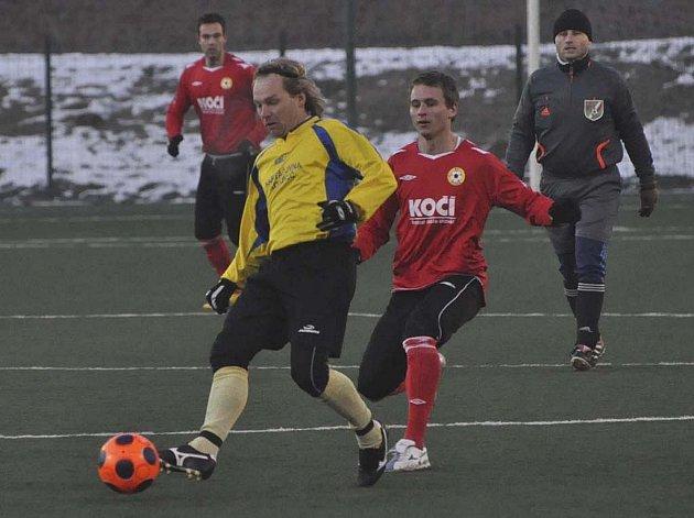 Domácí Martin Malý atakuje Baxu (u míče) ve středečním přátelském fotbalovém utkání, ve kterém třetiligový FC Písek zvítězil nad divizním Slavojem Koloveč 2:1.