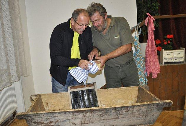 Necky, valchu a podomácku vyrobené mýdlo si na výstavě v Putimi vyzkoušeli (zleva) Ladislav Šabat a Jiří Vlasák.