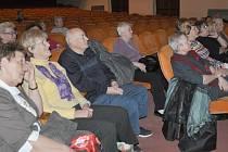 Senioři  při besedě v píseckém divadle.