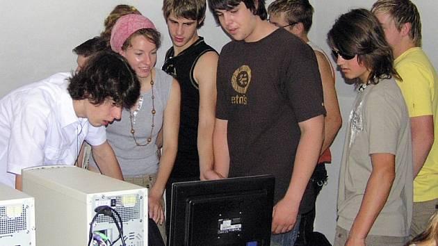 učni  z Geislingenu při prohlídce počítačové učebny.