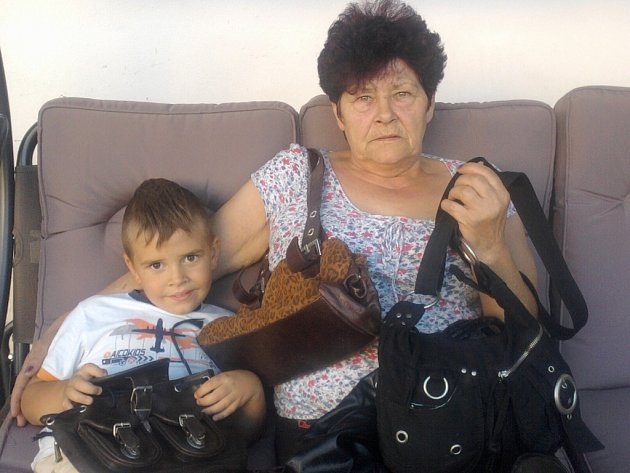 Anna Křížová z Černětic (na snímku s vnukem Emíkem) darovala dvanáct kabelek.