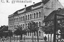 HISTORIE. Bývalé sídlo píseckého gymnázia v Komenského ulici. Snímek pochází z dvacátých let minulého století.
