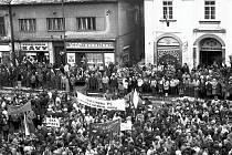 Generální stávka 27.listopadu 1989 na píseckém Velkém náměstí.