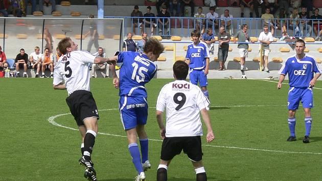 Snímek je z utkání třetí fotbalové ligy Písek - Letohrad (0:0). Vlevo s č. 5 je domácí Ondřej Kosobud v hlavičkovém souboji s Radkem Gulajevem.