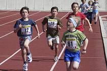 DRAMATICKÝ BĚH. Náš snímek zachytil závěrečný finiš závodu chlapců (ročník narození 1999 – 2000) na 400 metrů, jehož vítězem se stal Martin Říha z Bostonu Kluky (č. 61).