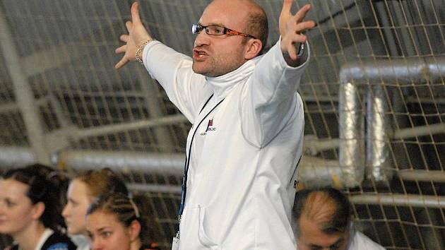 Trenér píseckých házenkářek Jan Salač hodně prožívá jak interligové, tak i pohárové zápasy evropského Challenge Cupu. S konečnou remízou v úvodním čtvrtfinálovém zápase v Rotterdamu byl spokojen.